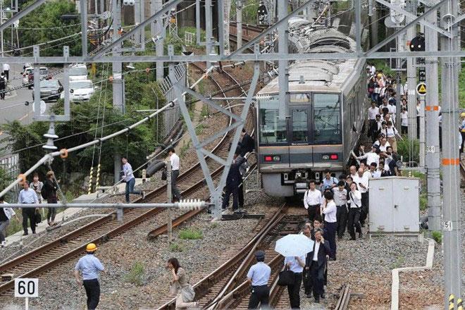 Một ga tàu ở Osaka sau động đất sáng 18/6.