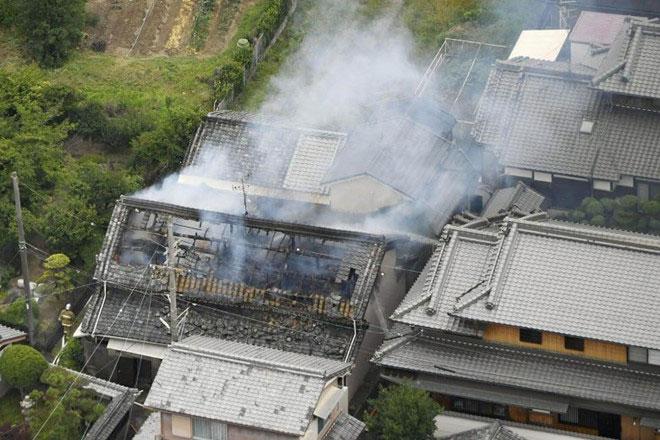 Một ngôi nhà ở Osaka bị hư hại và bốc cháy sau trận động đất.