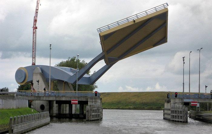 Cây cầu có khả năng nâng lên hạ xuống một cách nhanh chóng.