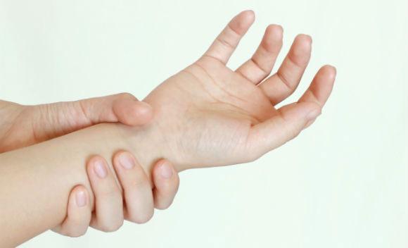 Cách đơn giản để xác định tạng người thông qua việc... nắm lấy cổ tay.