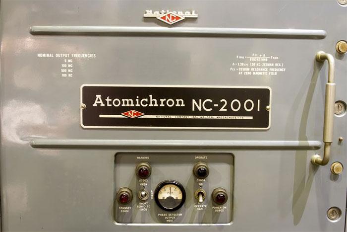 Các nhà khoa học phải canh chừng nhiệt độ và độ ẩm trong phòng chứa đồng hồ suốt 14 năm.