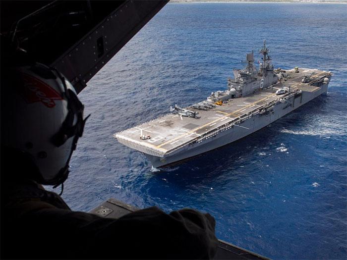 Tàu đổ bộ tấn công lớp America hoạt động như một tàu sân bay hạng trung.