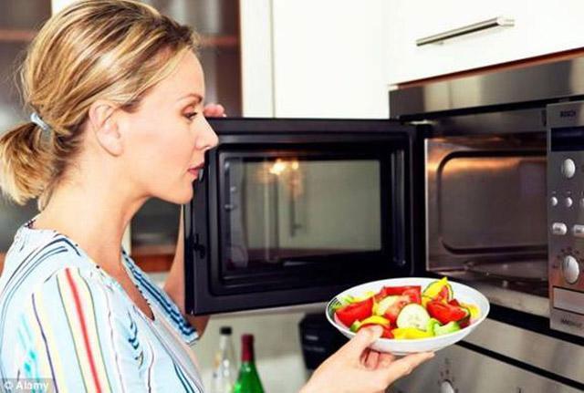 Thức ăn thừa không chỉ có giá trị dinh dưỡng thấp, chúng còn tạo ra nitrite rất dễ gây bệnh