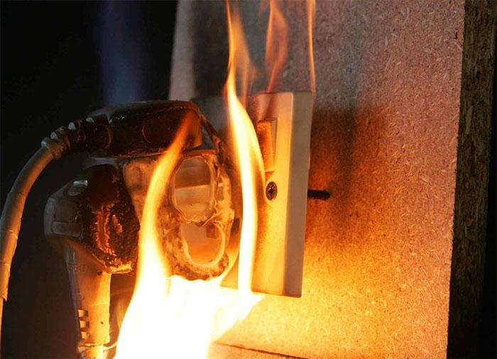 Ổ cắm điện không an toàn cũng có thể dẫn tới cháy, nổ.