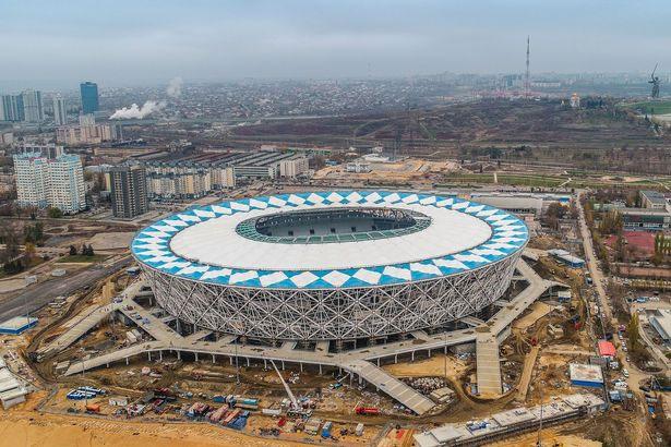 Giới chức Nga đã cho phun thuốc diệt côn trùng xung quanh sân vận động.