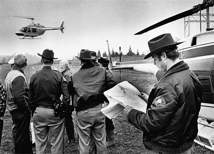 Cảnh sát và Vệ binh quốc gia bang Oregon xuất phát truy lùng Dan Cooper.