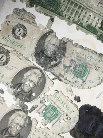 Những tờ 20 USD mủn nát trong tổng số 200.000USD tiền chuộc.