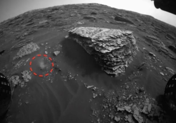 Một vật thể lạ thoắt ẩn thoắt hiện như đang di chuyển trên sao Hỏa.
