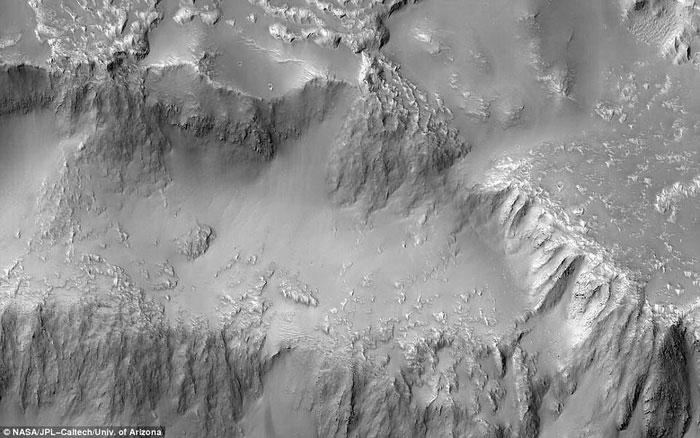 Bức ảnh được chụp ở vành đai phía bắc, nơi có một miệng núi lửa rộng 30km