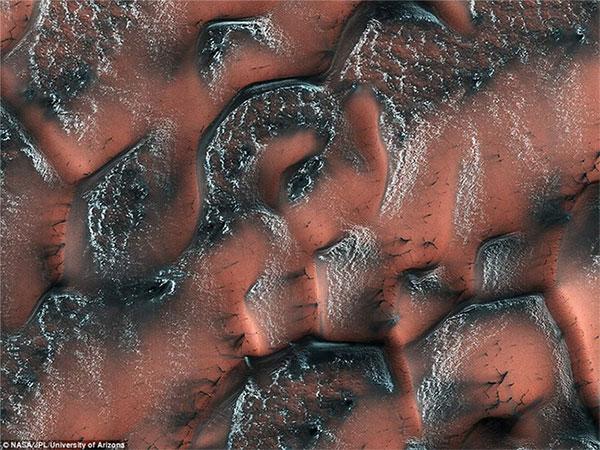 """Những lớp băng """"khô"""" còn sót lại sau mùa đông ở miền Bắc sao Hỏa"""