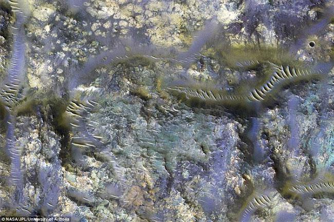 Một bức ảnh hồng ngoại tuyệt đẹp cho thấy những vết nứt như hình con giun của một miệng núi lửa huyền bí trên sao Hỏa