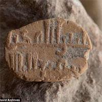 Phát hiện thánh bùa bí ẩn 1.000 năm tuổi dưới bãi đậu xe ở Israel
