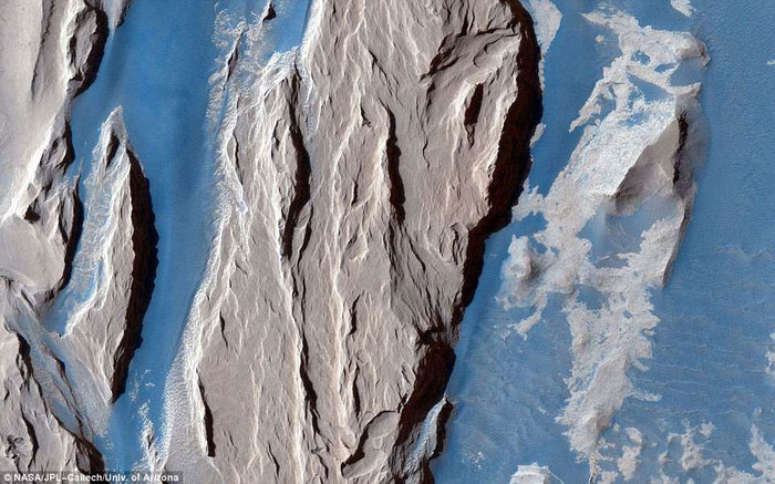 rầm tích bất thường gồm đá mềm gần khu vực xích đạo sao Hỏa có thể do núi lửa phun trào 3 tỉ năm trước
