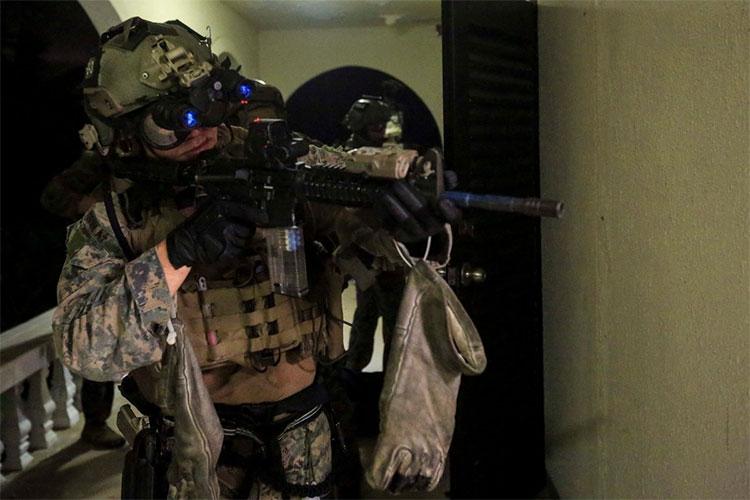 Binh sĩ thủy quân lục chiến Mỹ thử nghiệm kính ngắm BNVG II.