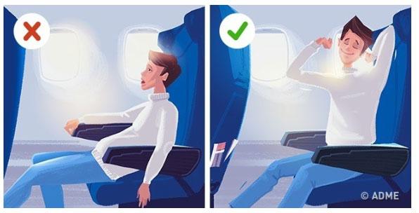 Hãy cố gắng cử động chân tay, thực hiện động tác duỗi chân/ tay và cử động chân liên tục.