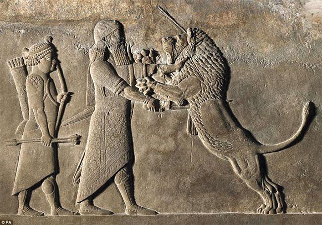 Nhiều tác phẩm điêu khắc thuật lại cuộc đời vua Ashurbanipal được huấn luyện cưỡi ngựa, bắn cung.... từ khi còn trẻ như thế nào.
