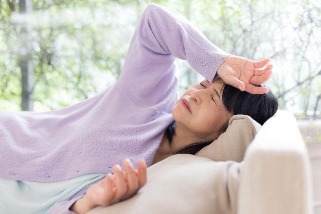 Bạn có thể cảm thấy chóng mặt, đau đầu nếu phòng có nhiều ánh sáng, độ cao gối không phù hợp.
