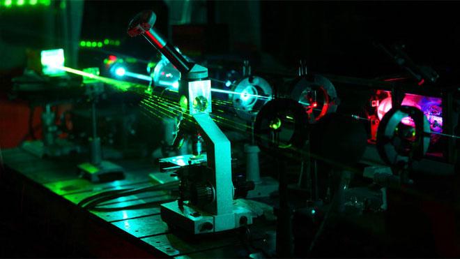 Dây nối mức phân tử này được làm từ carbon, sẽ nối hai mảnh kim loại lại để tạo ra một mấu nối mức nano