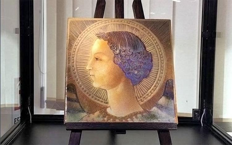 Bức họa Tổng lãnh thiên thần Gabriel được vẽ trên một viên ngói bằng gạch men màu nâu đỏ