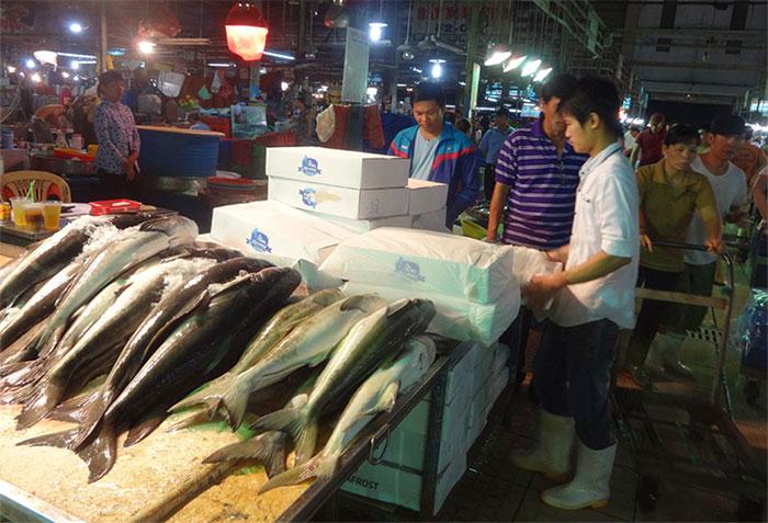 Cá biển bán lẻ tại nhiều chợ được ướp đá lạnh sơ sài.
