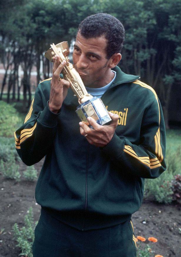 Đội trưởng đội tuyển Brazil ăn mừng chiếc cúp vô địch năm 1970.