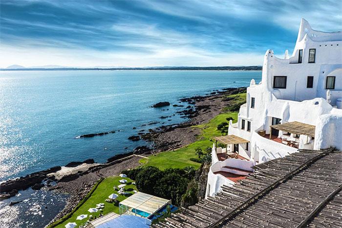Bờ biển nhìn ra Đại Tây Dương và các món thịt nướng mời gọi du khách đến Uruguay.