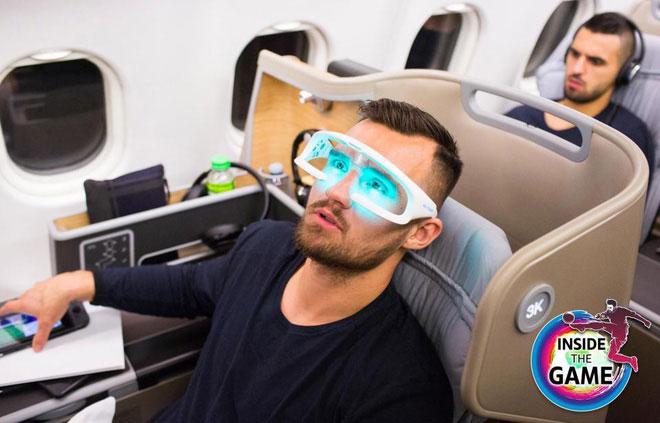 Tiền vệ Matthew Leckie của đội tuyển Australia sử dụng liệu pháp ánh sáng trong chuyến bay trước một trận đấu.