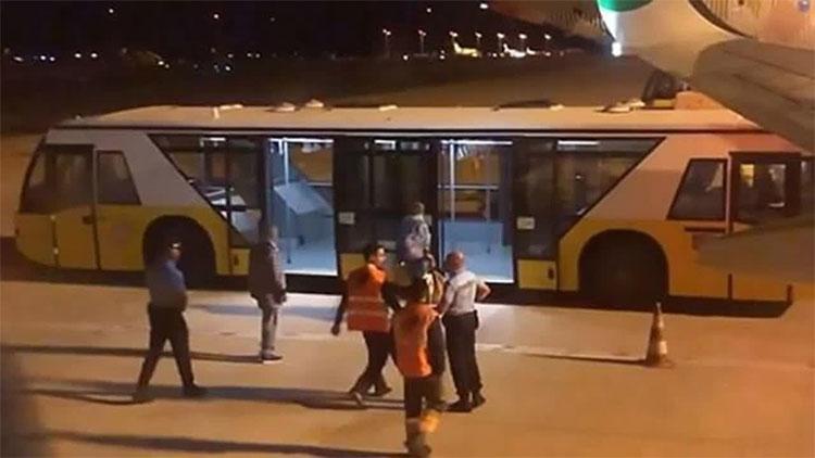 Xe hộ tống Suchilin rời khỏi máy bay.
