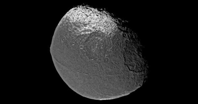Mặt Trăng Iapetus của sao Thổ trông giống quả óc chó