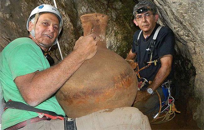 Tiến sĩ Danny Syon (bên phải) và Tiến sĩ Yinon Shivtiel và chiếc bình gốm.