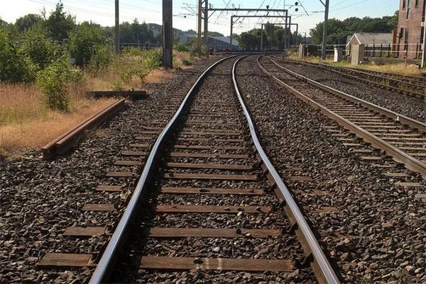 Đường ray tàu hỏa bị cong vì nắng nóng ở Anh.