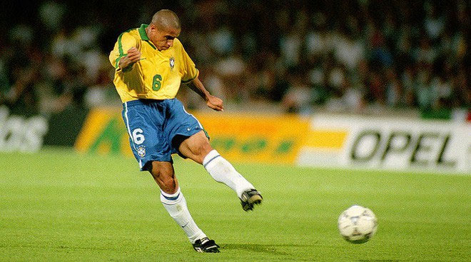 Roberto Carlos có một nền tảng thể lực dồi dào, tốc độ chạy cực cao, kĩ năng cá nhân tốt.