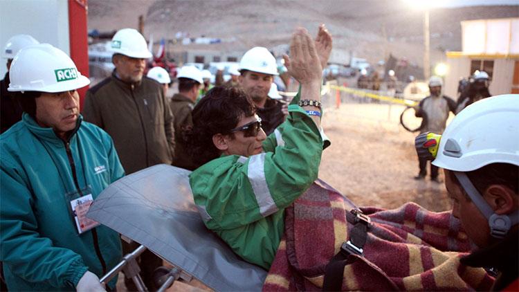 Một người thợ mỏ Chile được đưa ra sau hơn 2 tháng mắc kẹt dưới lòng đất.