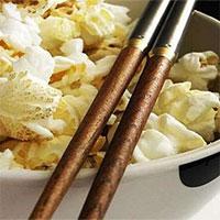 Ăn bỏng ngô bằng đũa, hóa ra bí mật của hạnh phúc đơn giản chỉ là vậy