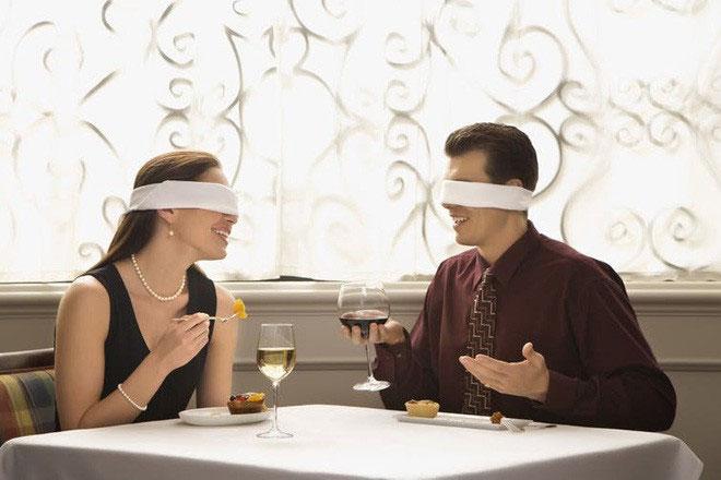Bịt mắt trong khi ăn uống, ý tưởng sáng tạo của một nhà hàng.