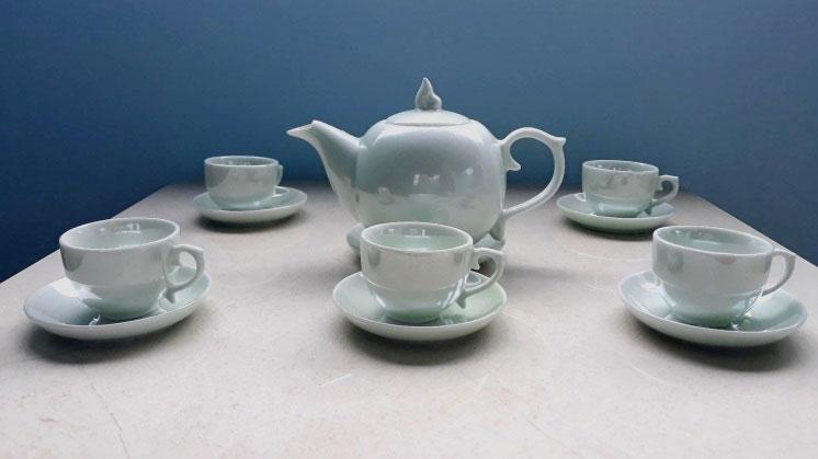 Bộ ấm chén trà được phủ màng mỏng nano TiO2.