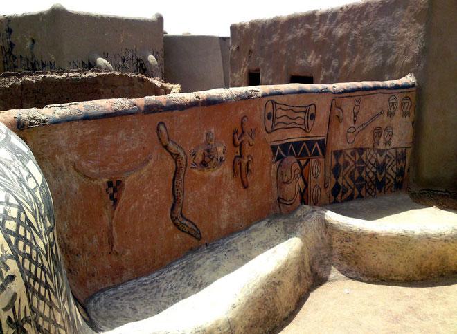 Trang trí tường của những ngôi nhà này thường là do phụ nữ trong làng đảm nhận.