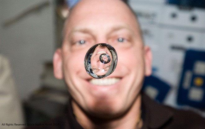 Một phi hành gia đùa nghịch với nước trên Trạm vũ trụ quốc tế ISS.