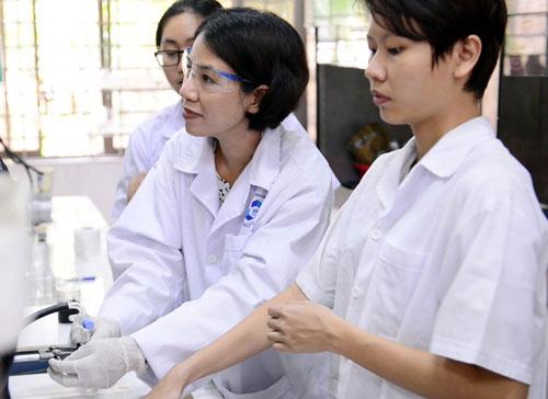 TS Nguyễn Thị Lệ Thu (giữa) tại phòng thí nghiệm.