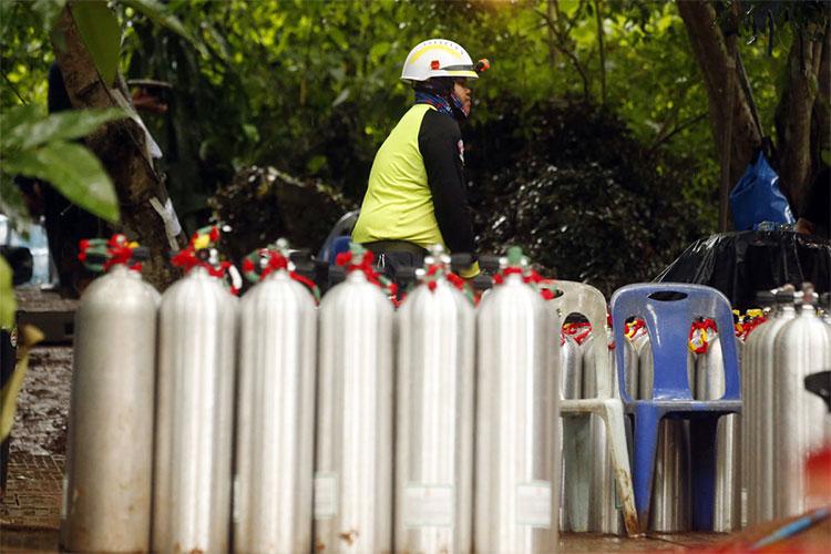 Các bình oxy được bơm sẵn để phục vụ công tác cứu hộ.