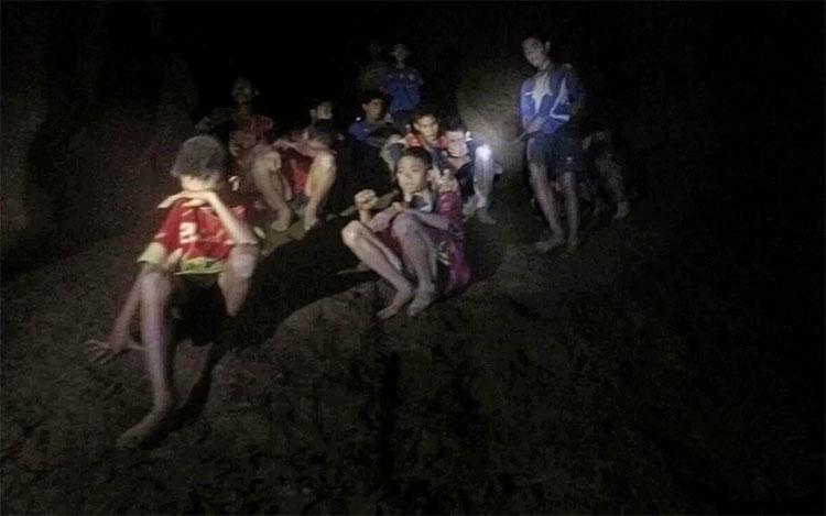 Khoảnh khắc tìm thấy đội bóng thiếu niên Thái Lan mắc kẹt trong hang.