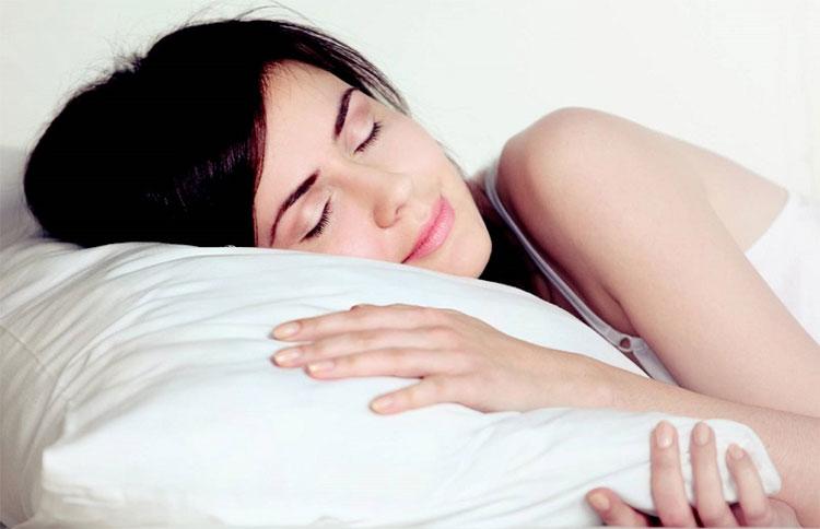 Thói quen ngủ dùng gối có thể gây nếp nhăn, lão hóa sớm.