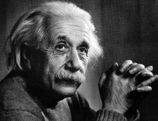 Khi còn ở tuổi niên thiếu, Einstein đã học cách lái thuyền và khi ở trên mặt nước