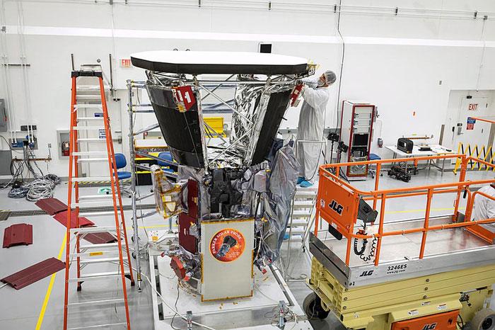Các kỹ sư thực hiện những bước cuối cùng để hoàn thiện tàu Solar Parker