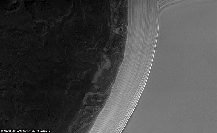 Hình ảnh trắng đen trước đó cho thấy một bề mặt bằng phẳng hơn