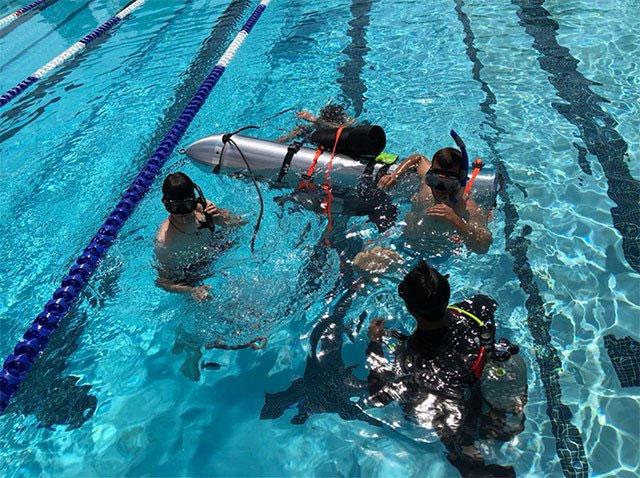 Quá trình thử nghiệm tàu ngầm dưới nước.