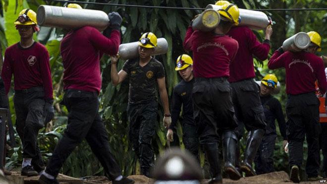 Các nhân viên cứu hộ chuyển bình oxy phục vụ cho chiến dịch giải cứu.
