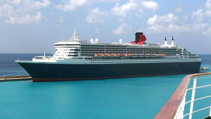 Một trong những du thuyền lựa chọn màu sơn tối màu.