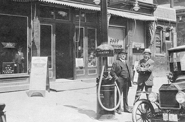 Trụ bơm Chief Sentry của Bowser tại một đại lý bán xe Ford năm 1915.