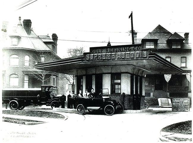 Trạm xăng Good Gulf Gasonline đầu tiên nằm tại góc đại lộ Baum và đường St. Clair.